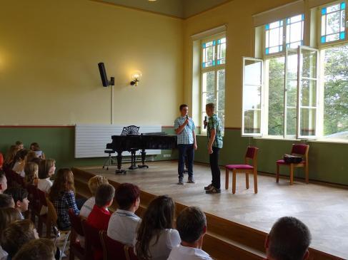 Lennard Lammers und Jan Beckmann prösentierten ein Theaterstück.