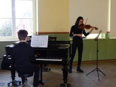 Yen Quynh Vu an der Geige und Jonas Zado am Klavier