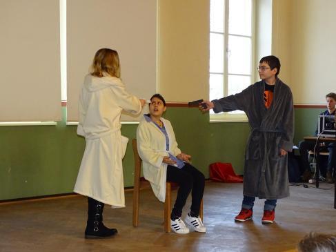 """Theater AG mit """"Die Physiker"""" von Dürrenmatt"""