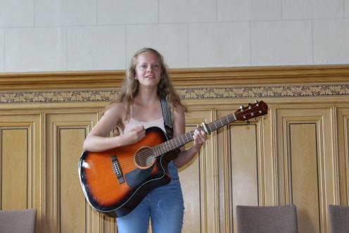 Laureen Isernhagen mit Gesang und Gitarre