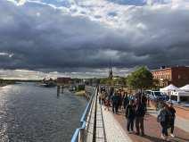Elbe mit Menschen