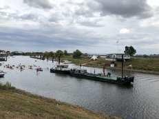 Kanuverein beim paddeln durch die Elbe