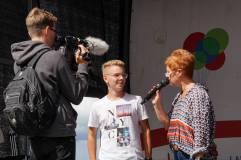 Interview des Schülersprechers auf der Bühne mit Carla Kniestedt
