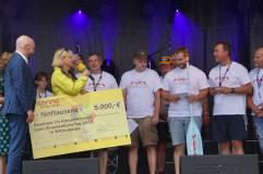 Scheckübergabe an die Gewinner des Kanuwettstreites