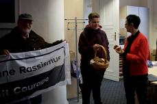Die Gruppe beim Verteilen von Keksen an unsere Bürgermeisterin Annett Jura