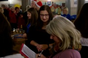 Rika Krüger beim sammeln von Unterschriften auf einem der zwei Weihnachtskonzerte