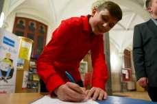 Schüler beim Unterschreiben