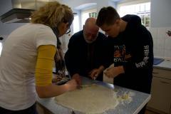 Einige Mitglieder der Gruppe bei der Herstellung von den Keksen