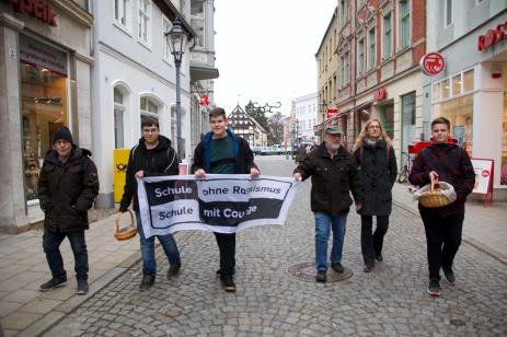 Die Gruppe beim Marsch durch die Bäckerstraße in Perleberg