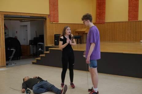 Anna-Stine Bock und Matthiasschulz, aus der Jgst. 11, während einer Schauspielszene