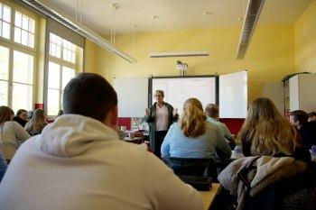 Frau Krieg im Unterricht