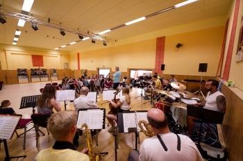 Orchester bei dem Titel Her mit den Männern