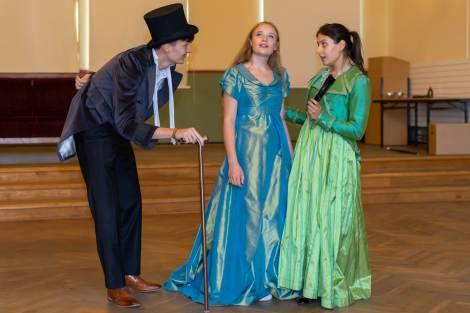 Becky Sharp (Anna-Stine Bock aus der Jgst. 12), Lady Eleanor (Angela Bikou aus der Jgst. 12) und Lord Hornwall (Luca Thiede aus der Jgst. 12) während einer Szene